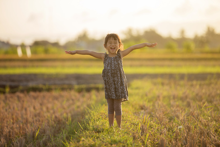 toddler girl playing around the field Banco de Imagens