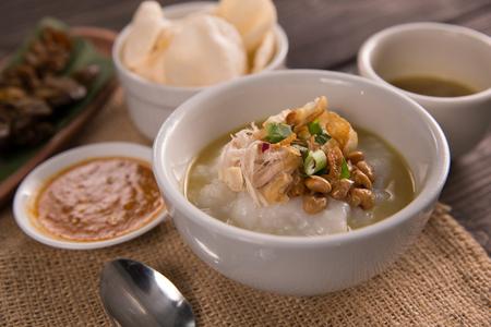 Bubur Ayam. Hühnerbrei mit Suppe Standard-Bild