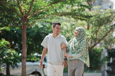 muslim couple walk together Imagens