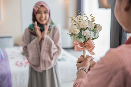 muslim woman having a flower from man 免版税图像