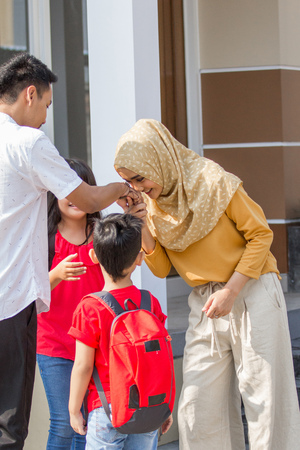 shake hand to parent before going to school Stok Fotoğraf - 106454094