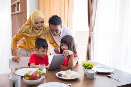 gezin met behulp van tablet pc thuis