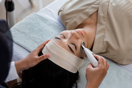 Picture of beautician doing rf procedure