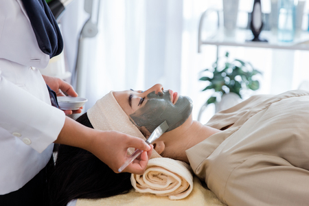 Picture of beautician doing facial mask Banque d'images - 107954185