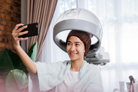 woman taking selfie while getting treatment Zdjęcie Seryjne