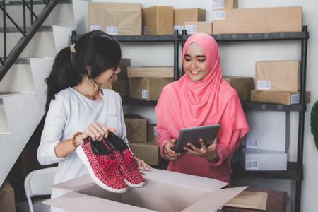 ecommerce entrepreneur preparing product 免版税图像