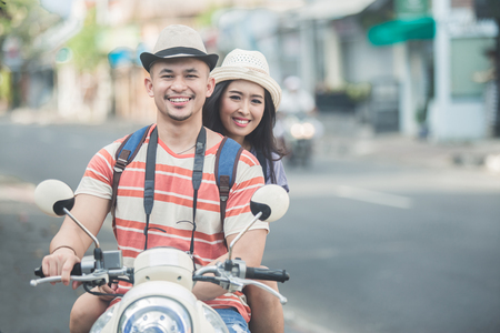 backpackers couple riding a motorbike to start their journey Stockfoto - 108150657