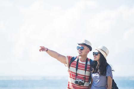jonge backpacker met zijn partner wijzend op iets tijdens s Stockfoto