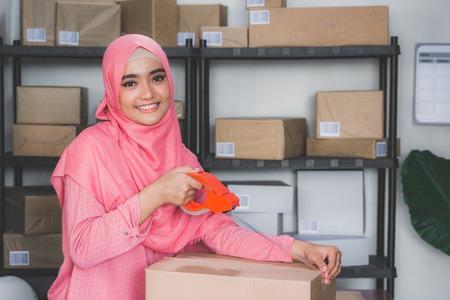 Online-Shop-Verkäufer arbeitet zu Hause Büro Standard-Bild