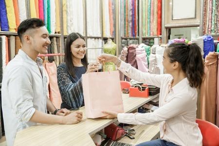 junges Paar beim Stoffladen einkaufen