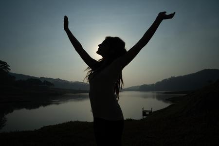 portret silhouet van vrouw wakker in de ochtend