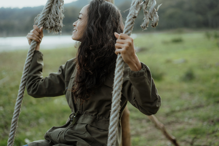 asian woman swing her self in a countryside Фото со стока - 111498625