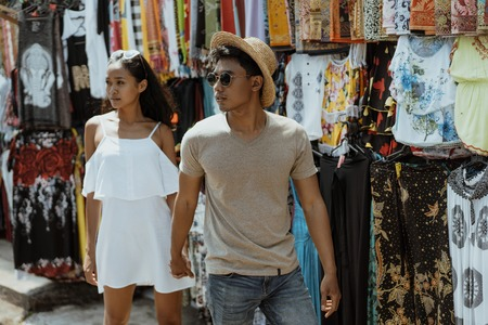 asian couple tourist walking in souvenir market shop Imagens - 111499290