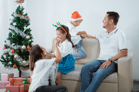 asian family enjoying christmas day together Stockfoto