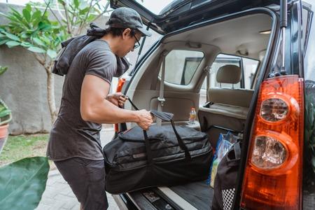 Portrait d'un homme asiatique avec ses propres bagages prêt à partir