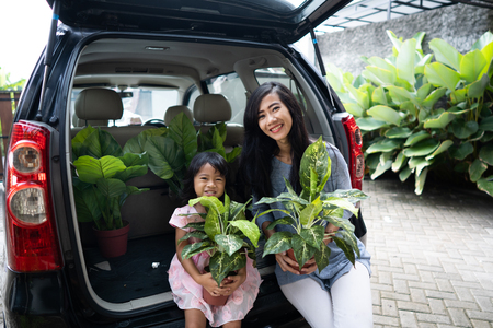 mother and child gardening activity 版權商用圖片