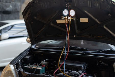 a car repaired by the air conditioner was tested by the dynamo using a pressure gauge Foto de archivo