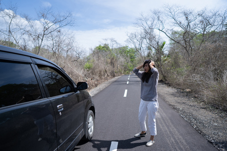 woman having problem with her car Stock Photo - 115904867