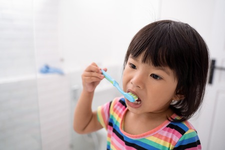 toddler independently brush her own teeth Banque d'images - 115904879