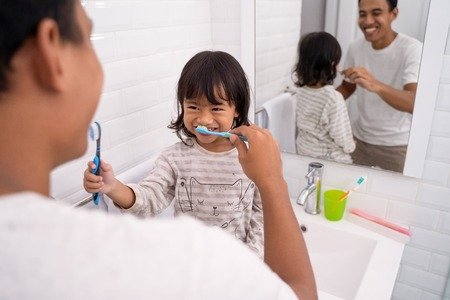 kid and dad having fun while brushing their teeth Banque d'images - 115905176