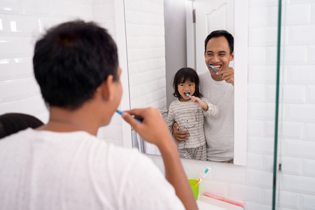dad and girl brush their teeth together Banque d'images - 115905296