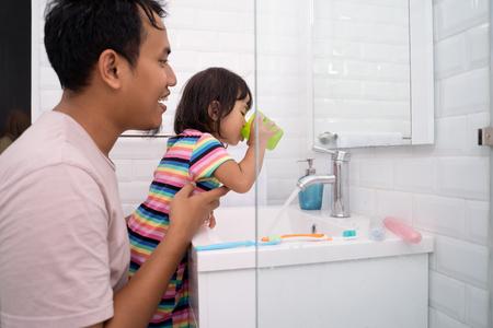 little girl gargle after brush her teeth Banque d'images - 115905345