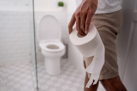 hand holding toilet paper before using it 版權商用圖片