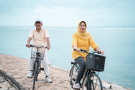 happy senior muslim couple exercising riding bicycle together Stockfoto