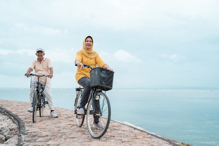 pareja de ancianos andar en bicicleta juntos Foto de archivo