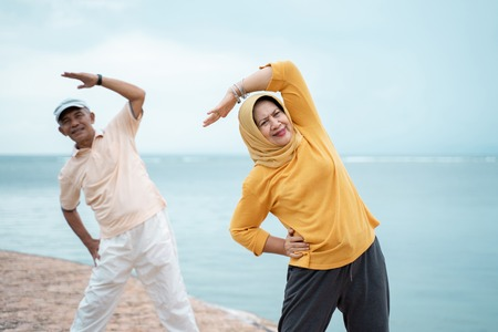couple asian muslim stretching and exercising together Foto de archivo