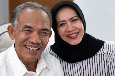 asian senior muslim couple looking at camera Stockfoto