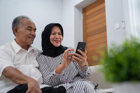 pareja asiática madura con smartphone