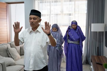 Porträt eines alten Mannes, der ein Gebet in der Gemeinde führt Standard-Bild