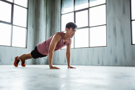 fitness man doing push ups in gym indoor Stockfoto
