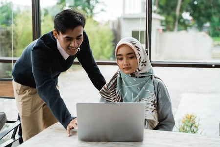 the owner give a briefing to a new employee about operate the computer