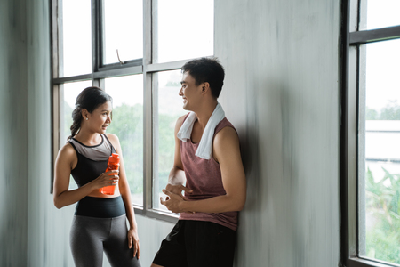 two sport couple enjoy talking during workout 免版税图像