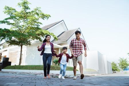 familie die samen rondrennen tijdens het spelen en plezier hebben Stockfoto
