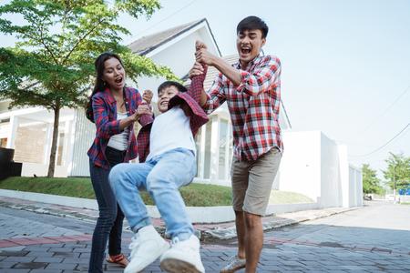 familie en kind spelen graag samen voor hun huis Stockfoto