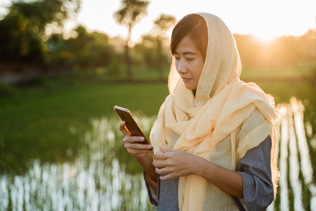 muslim woman with hijab using mobile phone Banque d'images