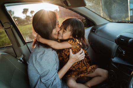 madre e figlio si godono il viaggio in macchina