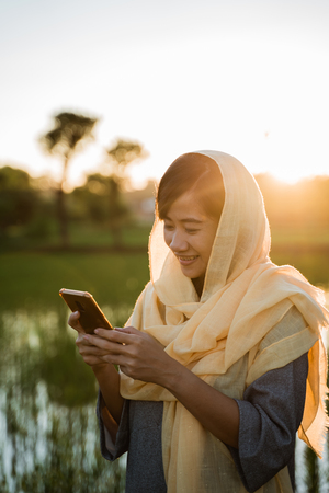 muslim woman with smartphone outdoor Banque d'images