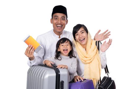穆斯林家庭带着旅行箱和护照旅行