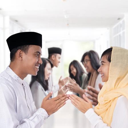 homme et femme saluant de manière traditionnelle musulmane Banque d'images