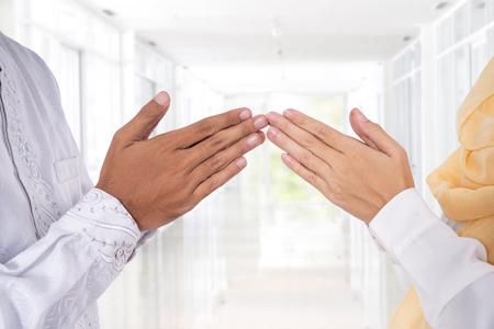 la punta del dito della mano musulmana tocca il saluto
