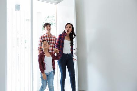 Familie erstaunt über ihr neues Zuhause