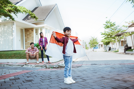 kid holding flag celebrating independence day Фото со стока - 121286126
