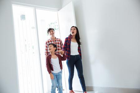famille asiatique entrant dans leur nouvelle maison