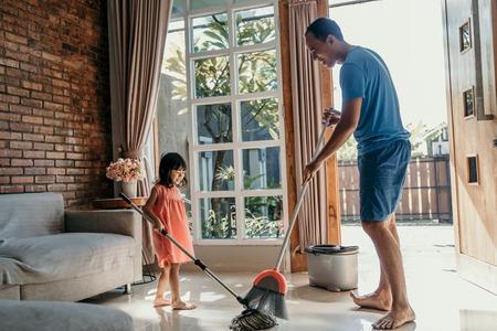 père et fille nettoient la maison Banque d'images