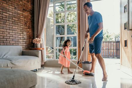 어린 소녀는 그녀의 아빠가 집안일을 할 수 있도록 도와줍니다.