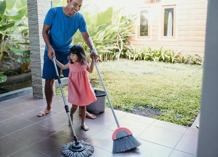 padre e hija limpian la casa